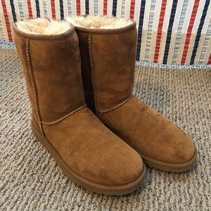 WITH BOX! Chestnut Classic Short UGG, size 6 ❄️